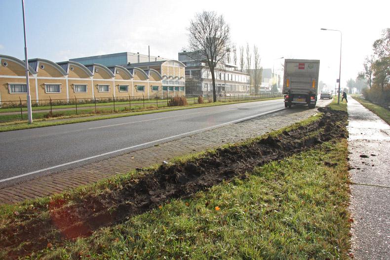 Vrachtauto met aanhanger van de weg