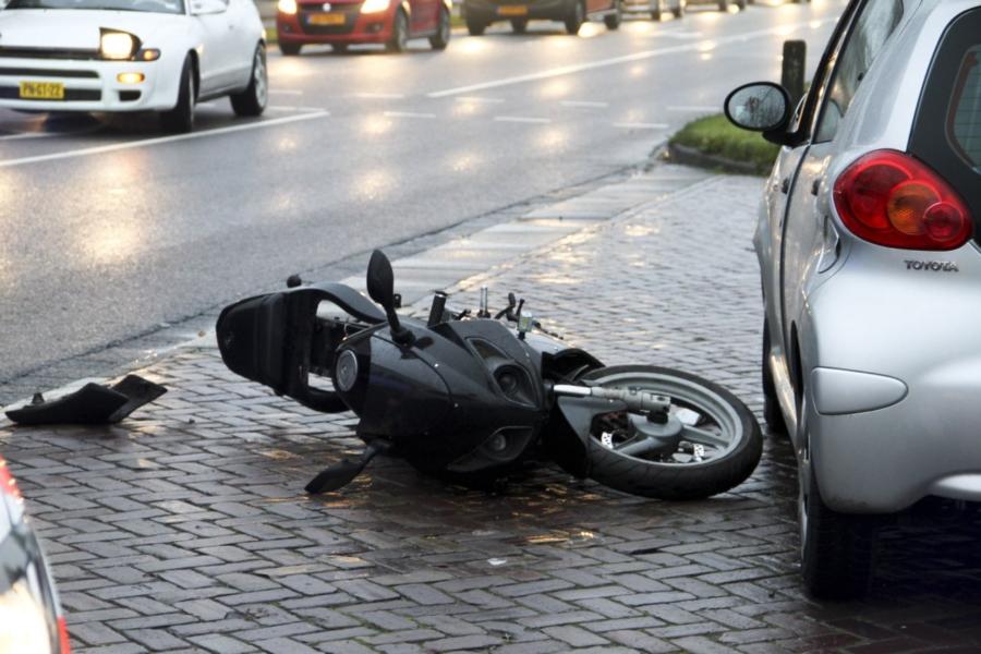 Scooter bestuurder gewond.
