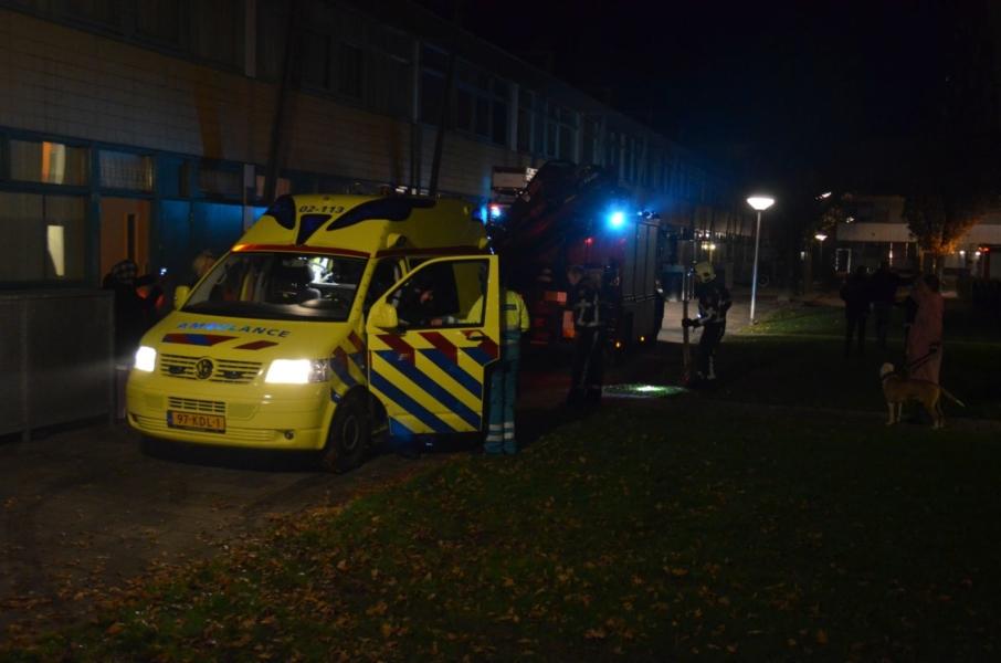 Vastzittende ambulance losgetrokken door brandweer