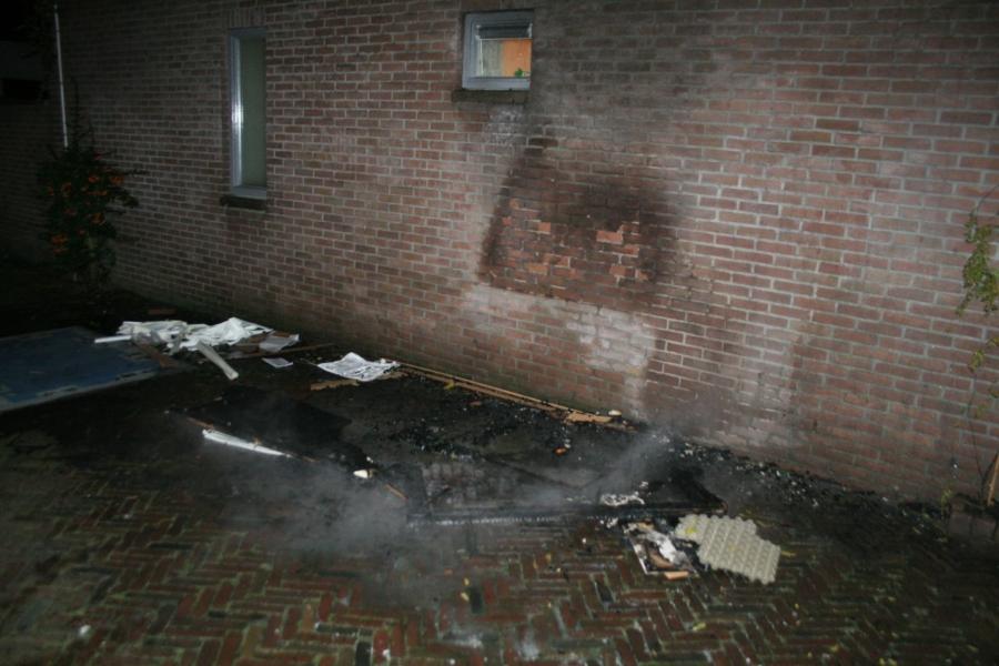 Bankstel in brand tegen woning