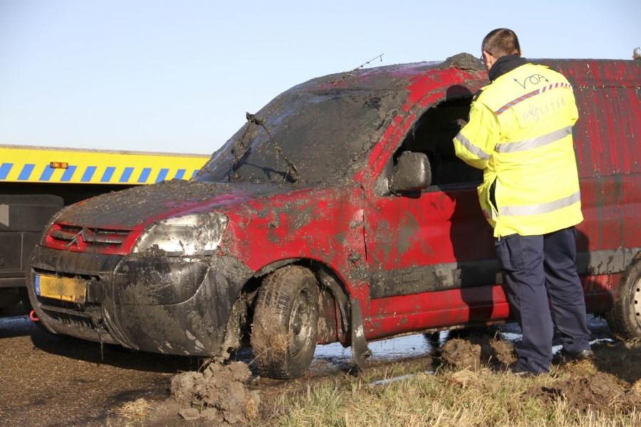 Auto op de kop in de sloot, twee gewonden.