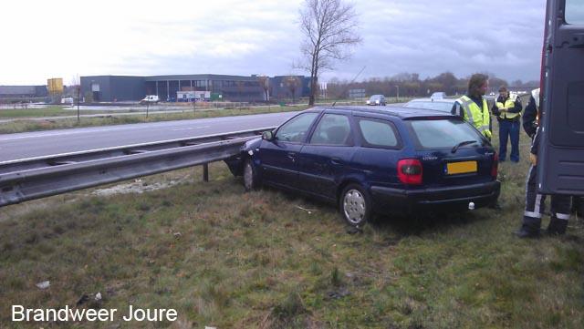 Auto tegen vangrail A7