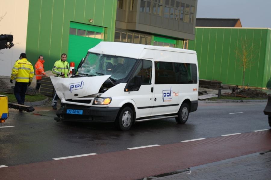 Taxibus botst op aanhanger