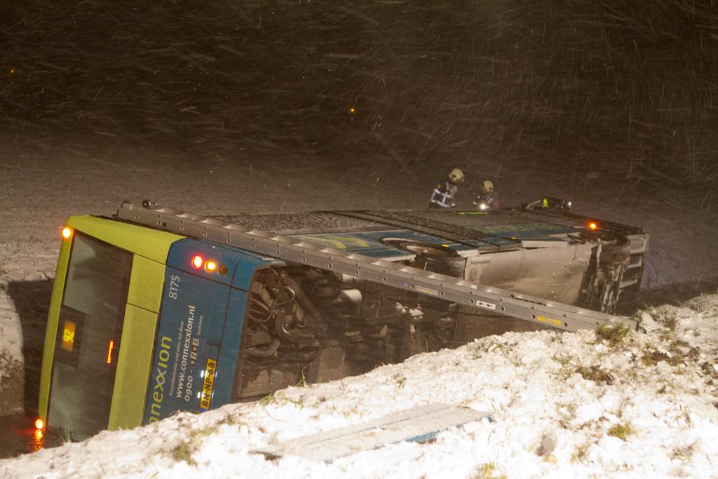 Lijnbus van de weg bij Burgwerd