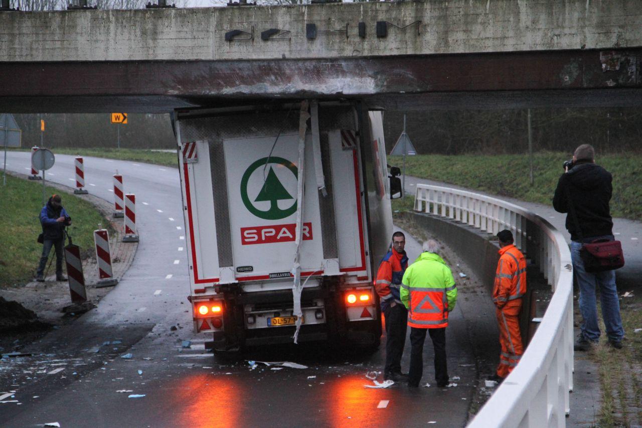 Vrachtwagen vast onder viaduct