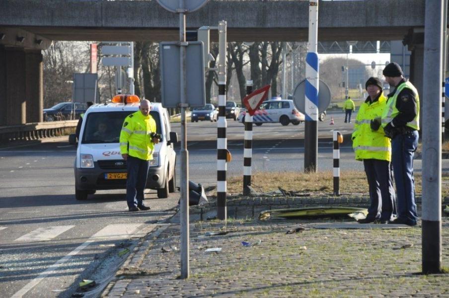 Ambulance en busje botsen : vier gewonden