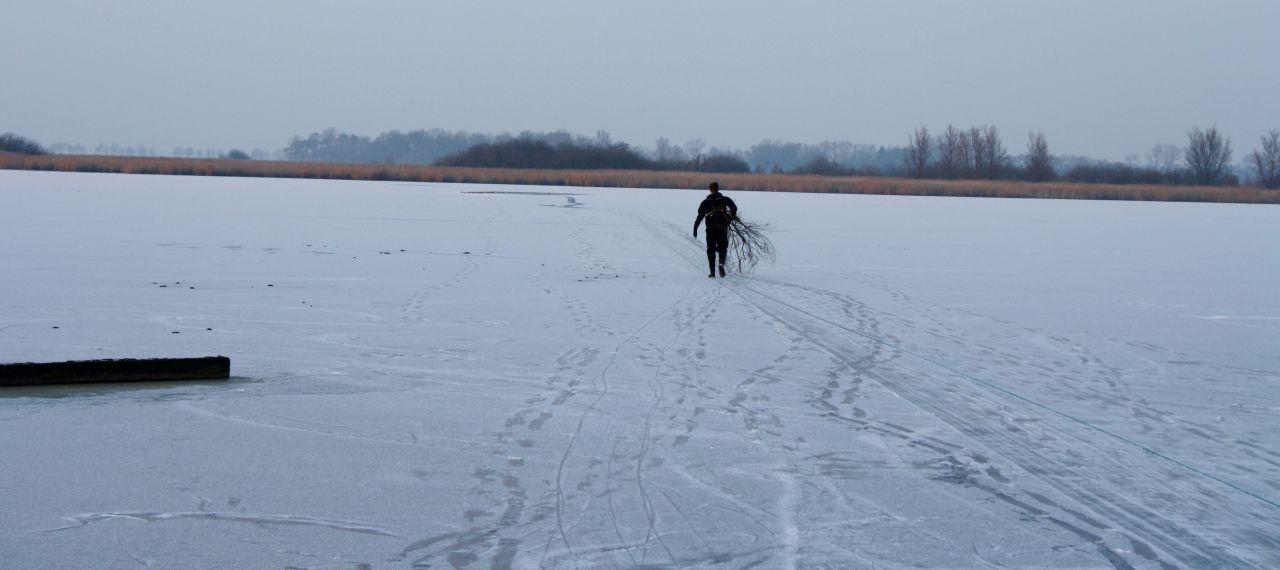 Door ijs gezakte man gered door schaatsers