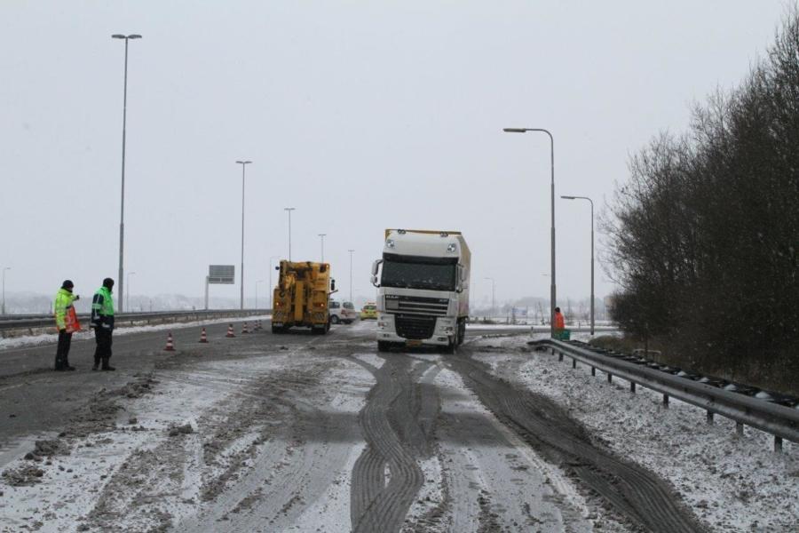 DHL vrachtwagen geschaard op A7