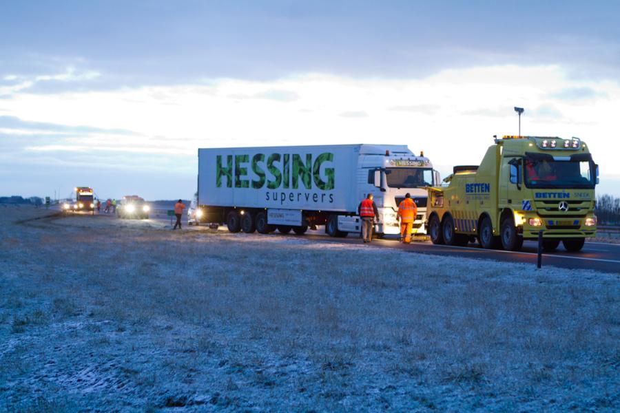 Vrachtwagen van de weg op de A31