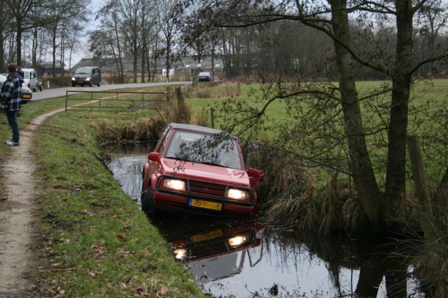 Auto te water: twee gewonden