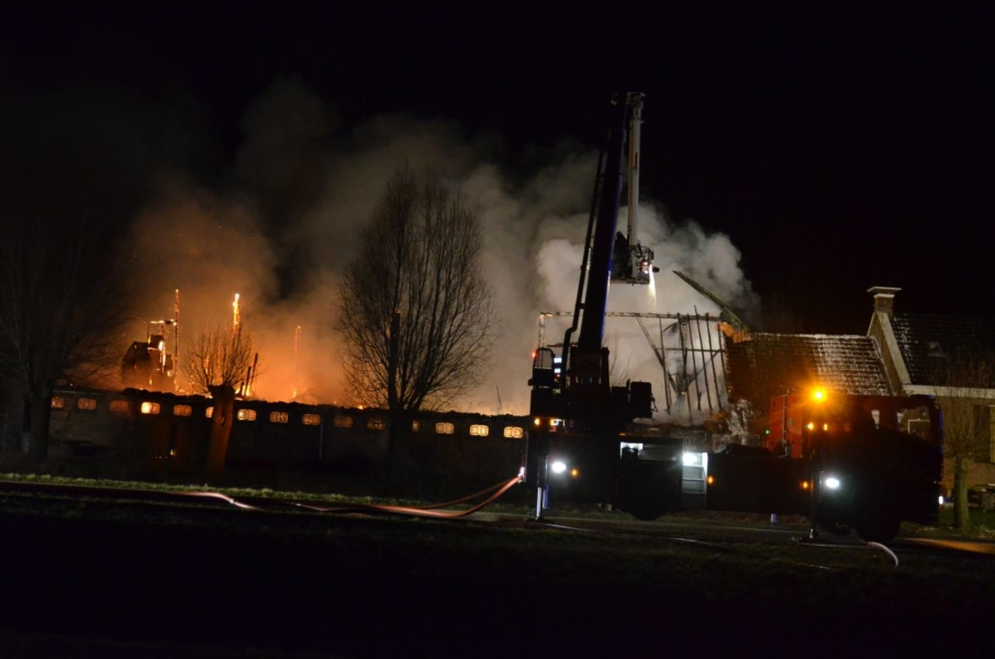Grote brand in boerderij met rieten kap