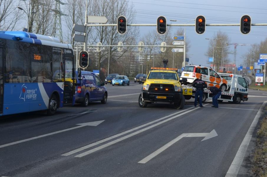 Autoberger aangereden door vrachtwagen