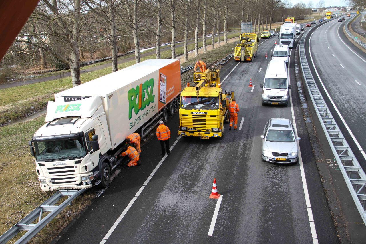 Vrachtwagen rijdt vangrail plat door kat