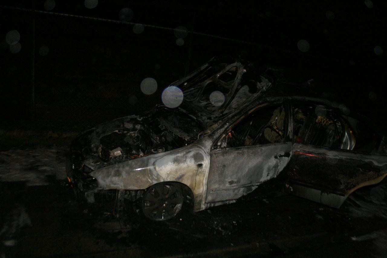 Auto uitgebrand op industrieterrein