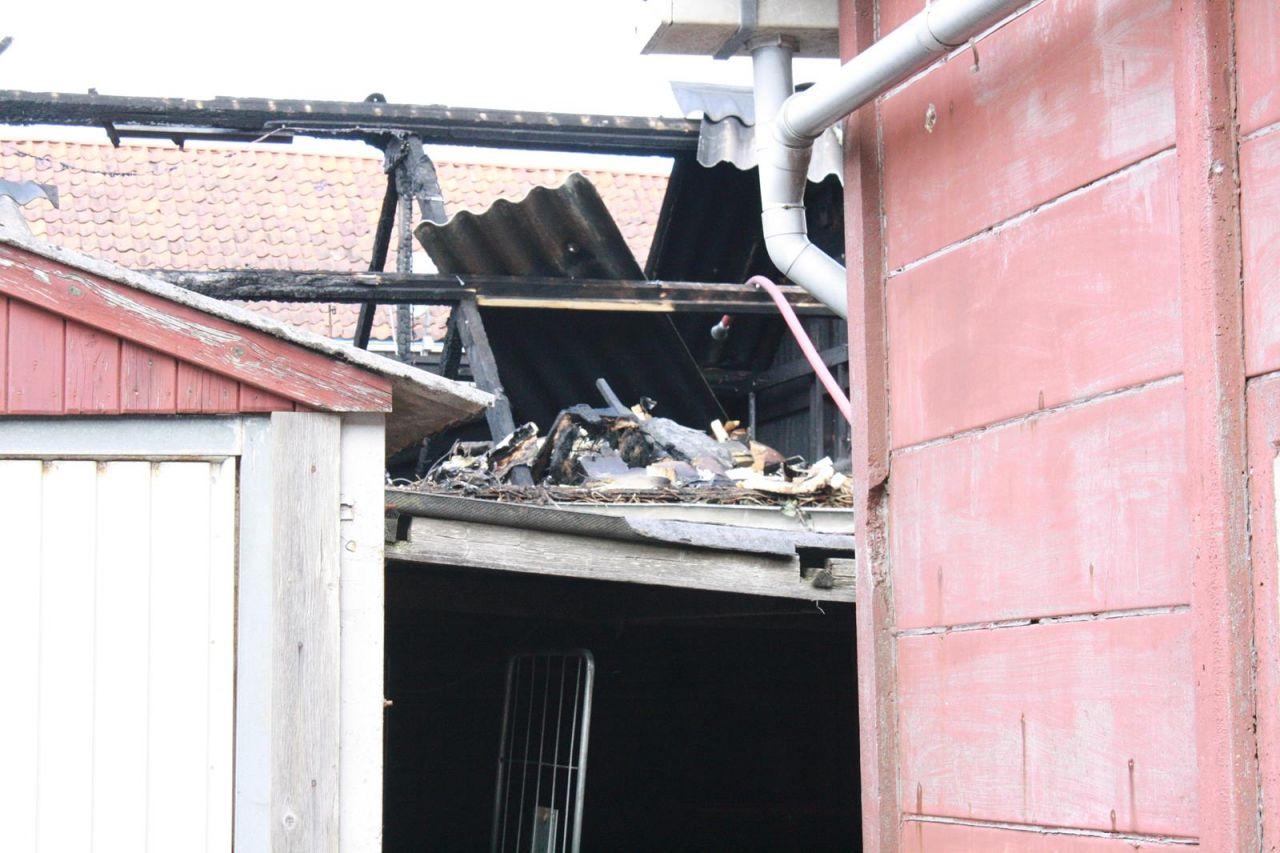 Brand in houtschuur achter woning