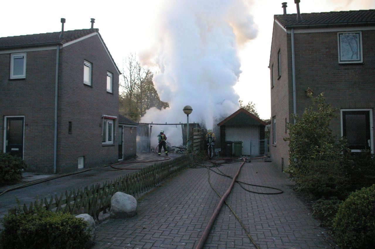 Brand verwoest schuur achter woning