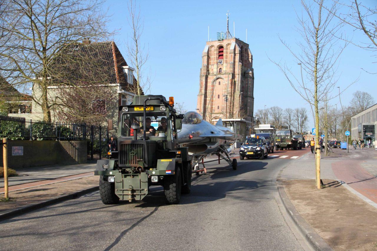 F16 rijdt door straten van Leeuwarden?