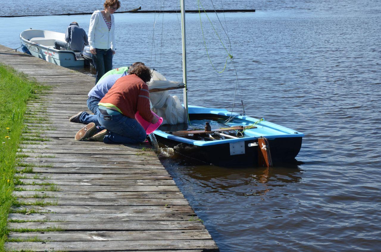 Zeilboot slaat om: persoon te water
