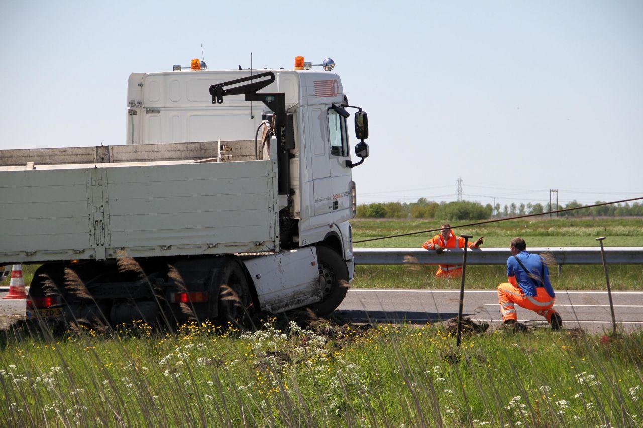 Vrachtwagen met betonplaten geschaard