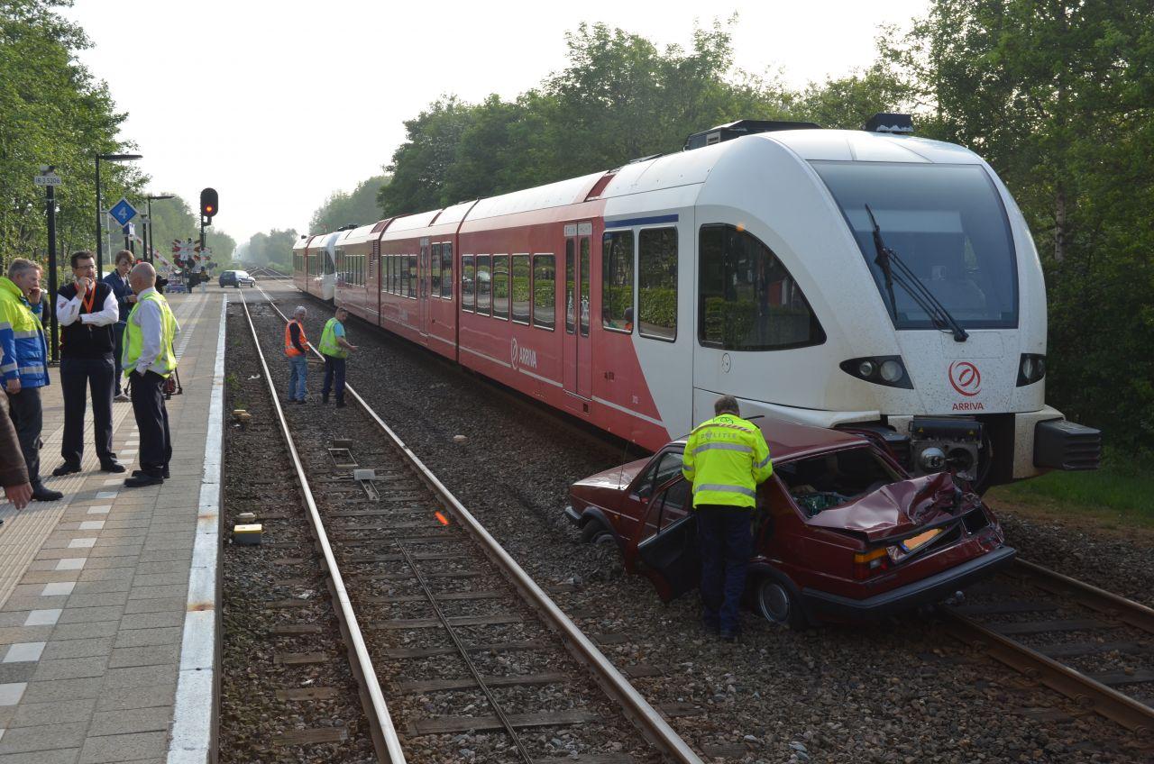 Auto onder trein : slechts licht letsel