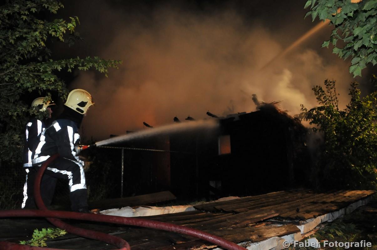 Rietgedekte woonboerderij verwoest door grote brand