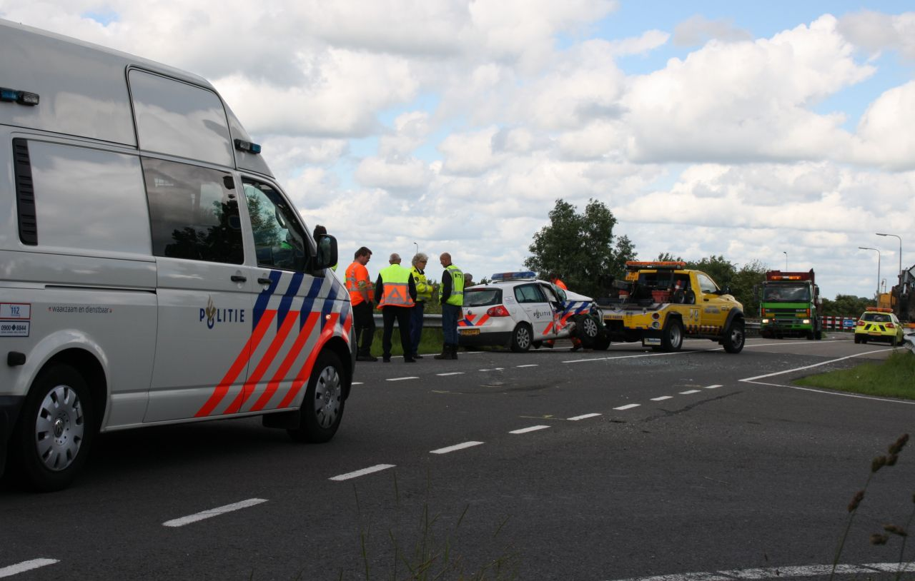 Politieauto aangereden door vrachtwagen