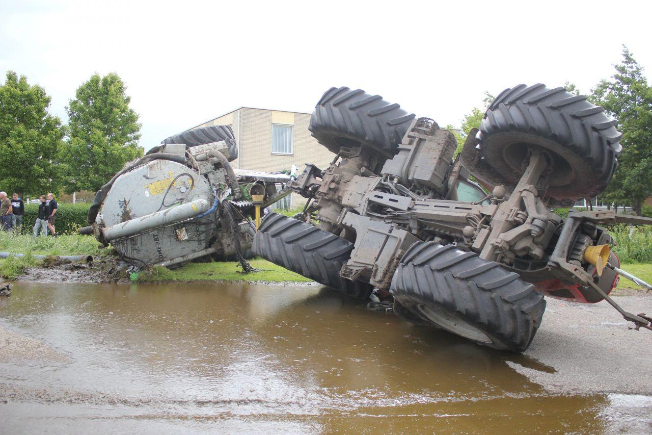 Tractor met giertank gekanteld