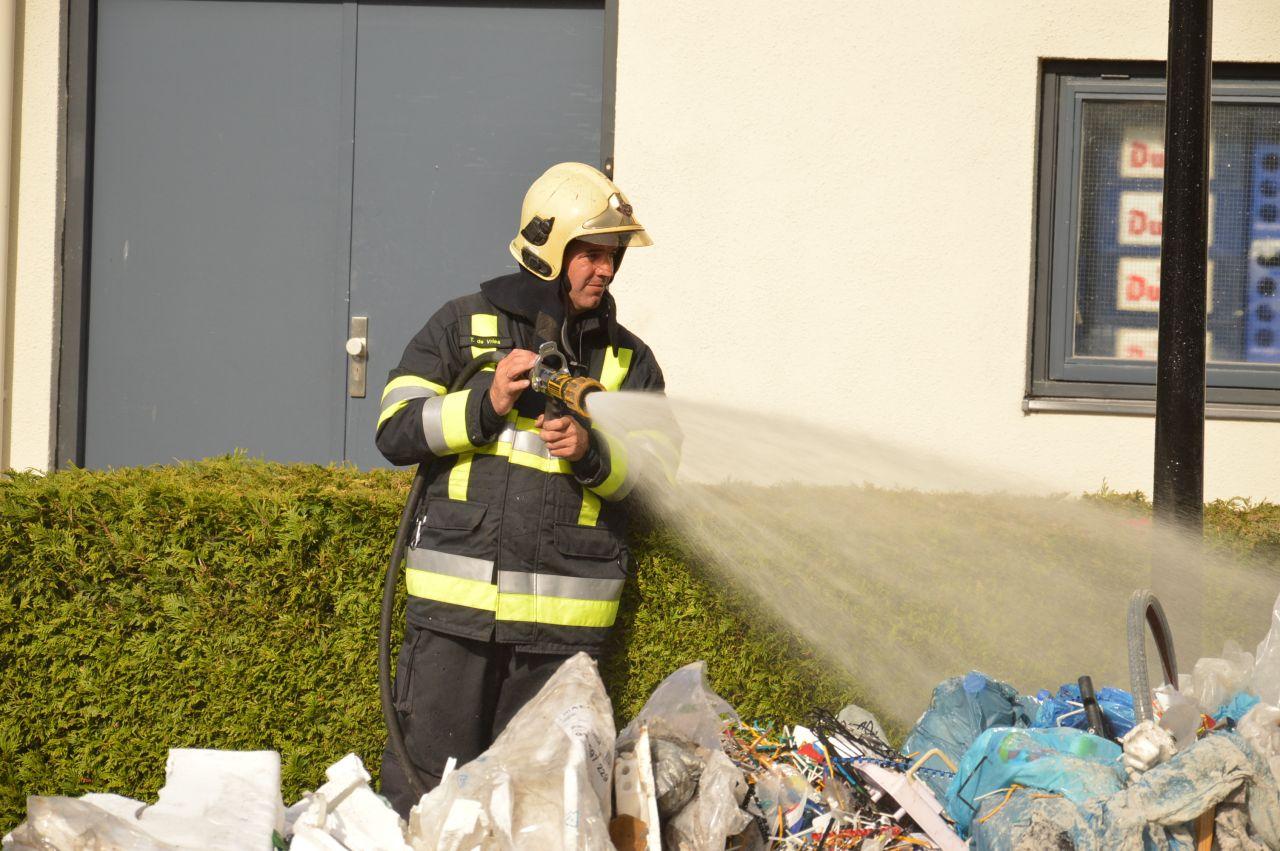 Vuilniswagen vat vlam