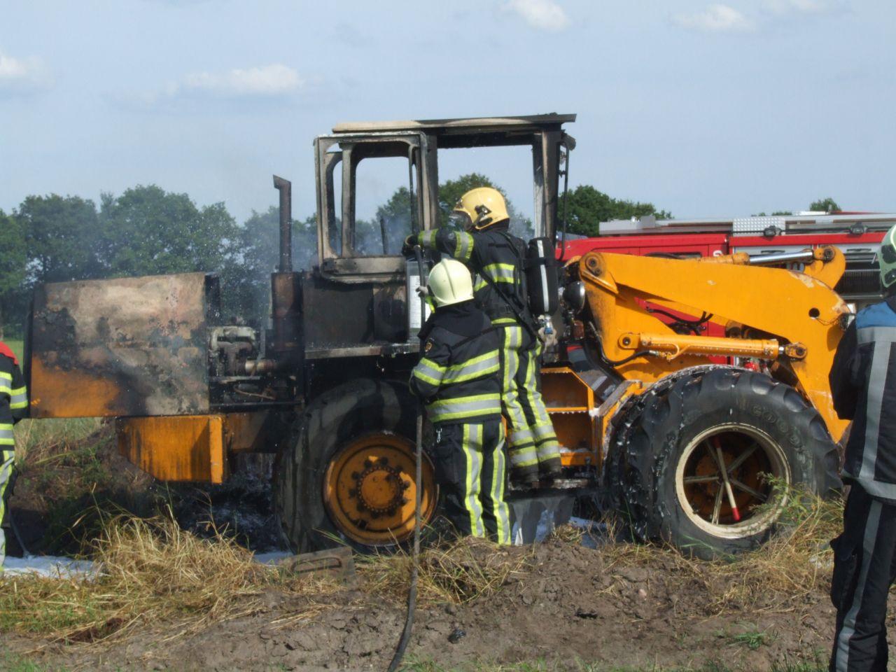 Shovel vat vlam bij boerderij