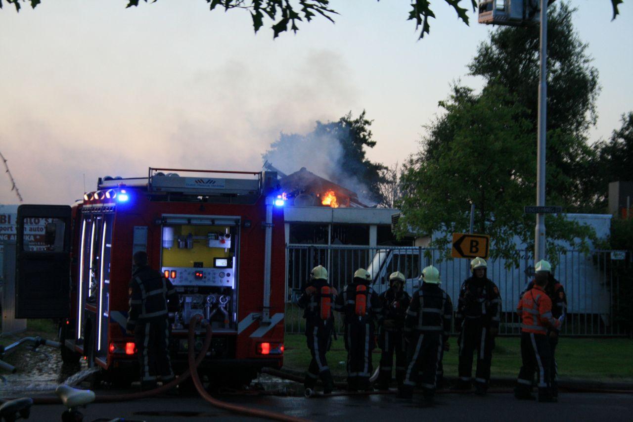 Uitslaande brand in garagebedrijf