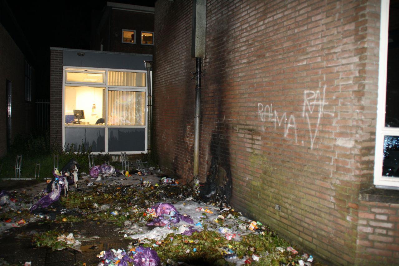 School en auto beschadigd door containerbrand