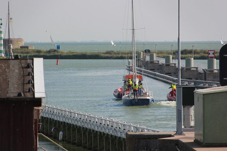 Opvarenden zeilboot vertrouwen brandlucht niet
