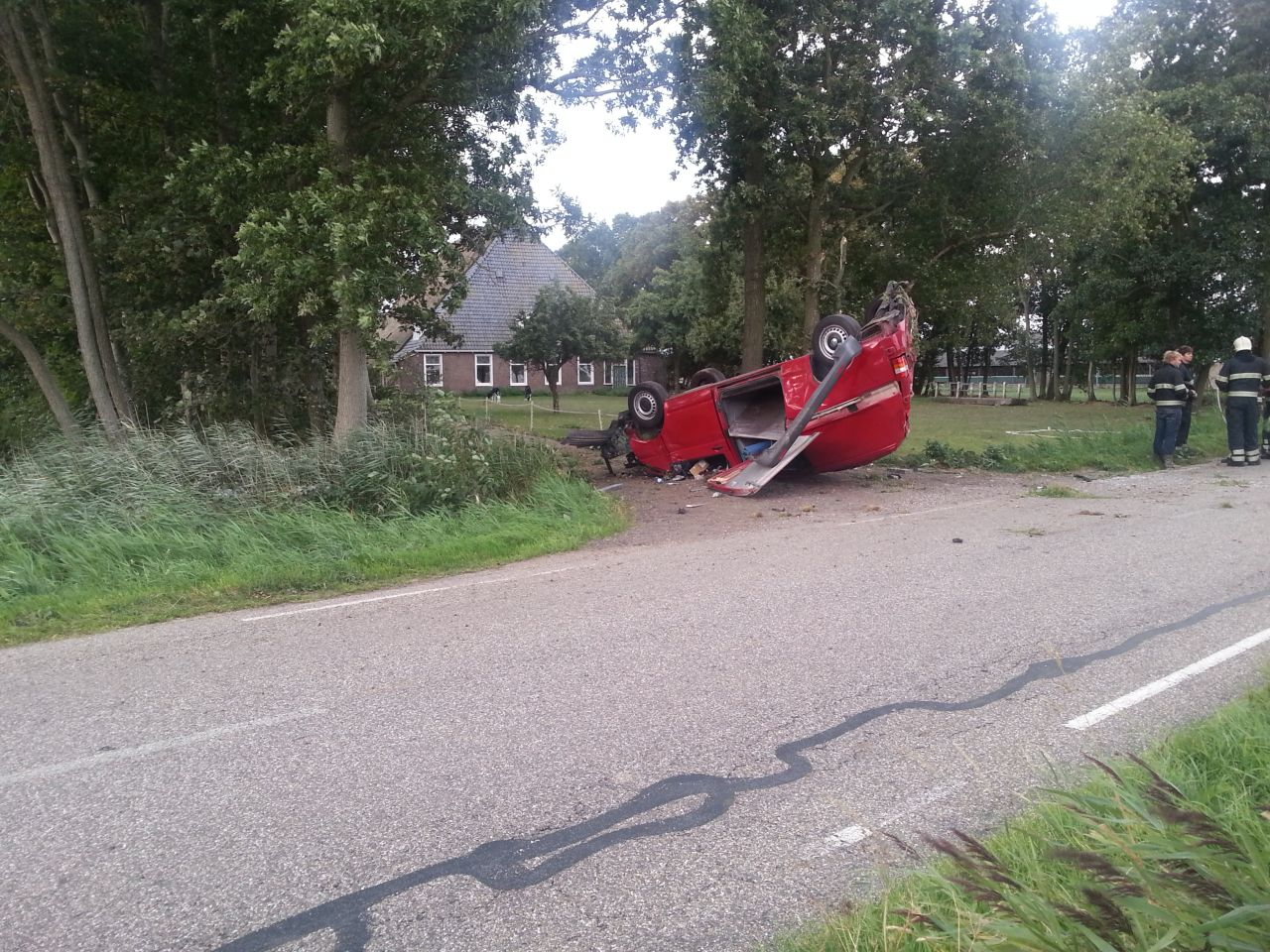 Auto slaat over de kop