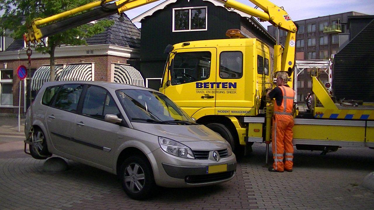 Automobilist te krap door de bocht…