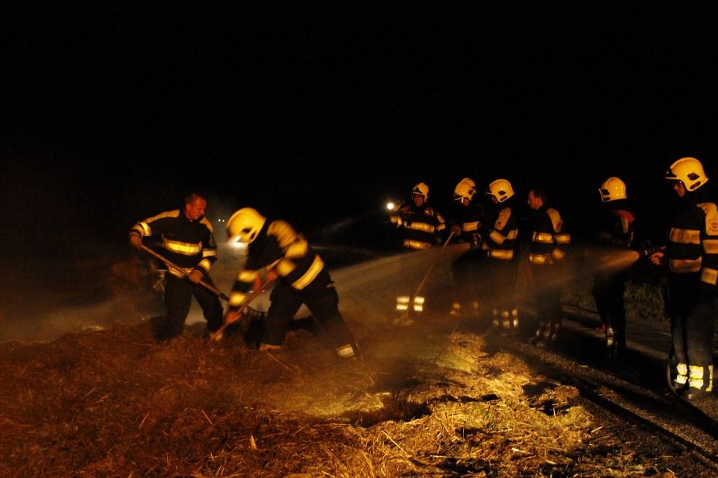 Brandweer blust hooibroei
