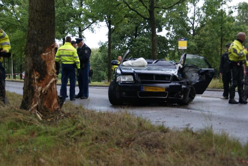Ernstig gewonde bij ongeval tegen boom