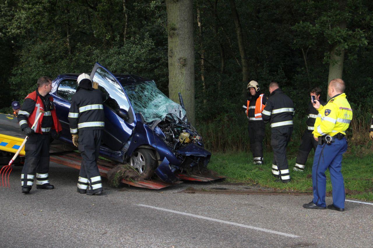 Vrouw overleden na botsing met boom