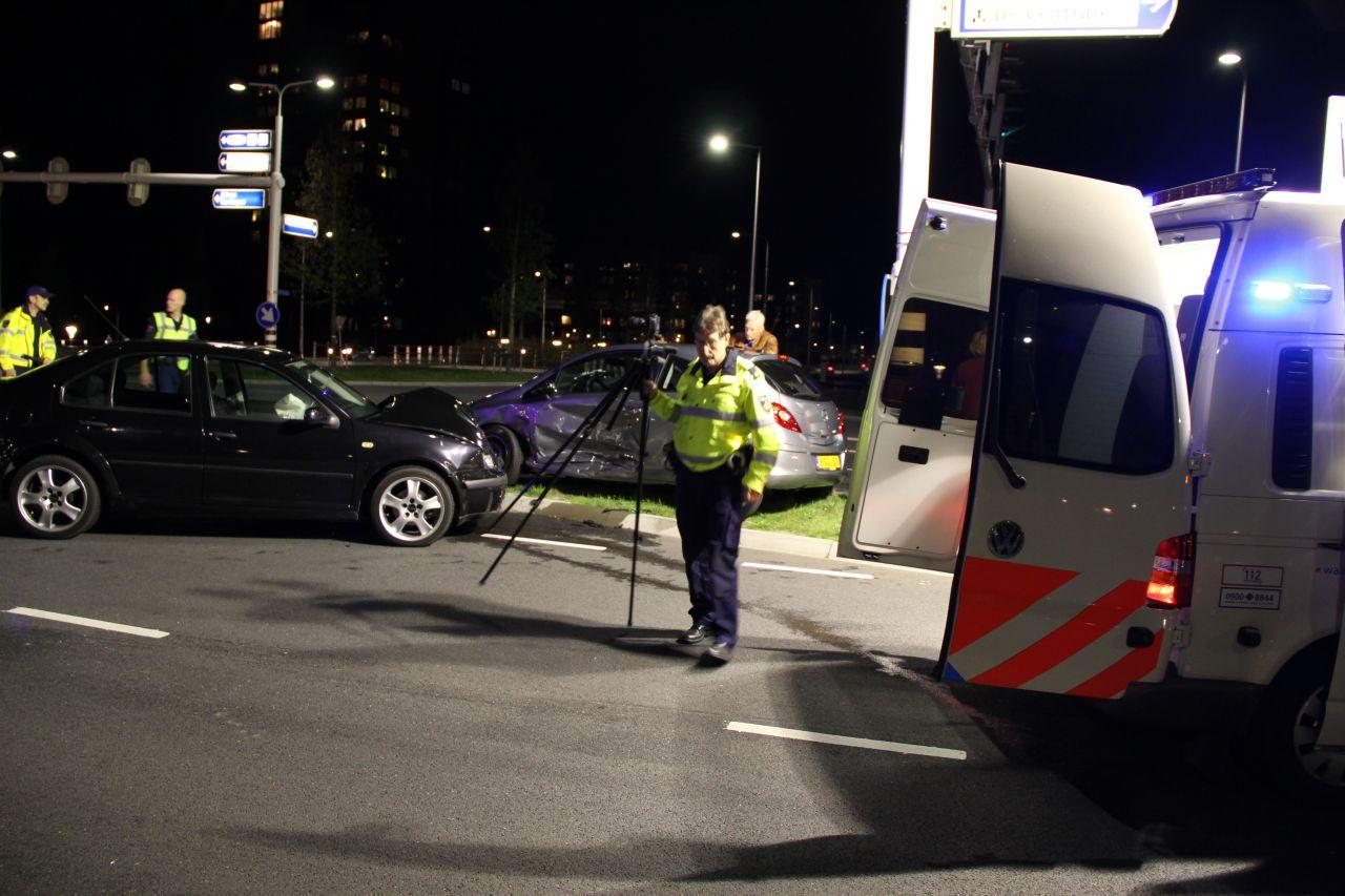 Drie auto's betrokken bij forse aanrijding op verkeersplein