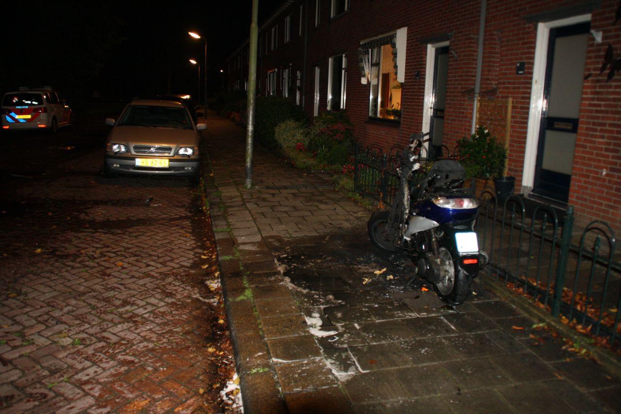 Scooter in brand voor woning