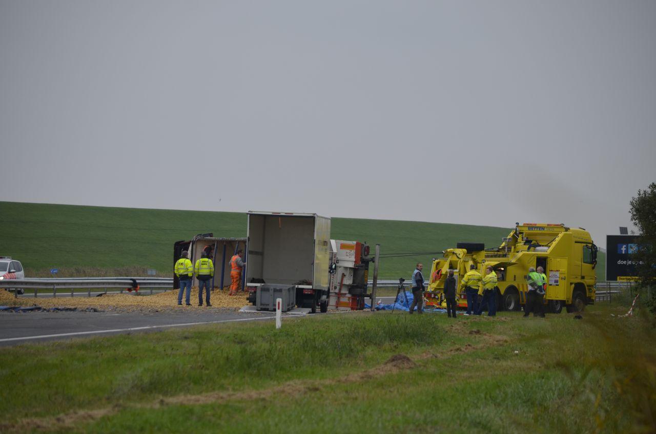 N31 dicht door gekantelde vrachtwagen