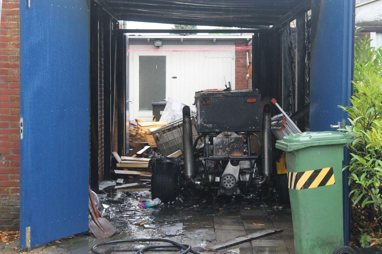 Trike en carport verwoest door uitslaande brand