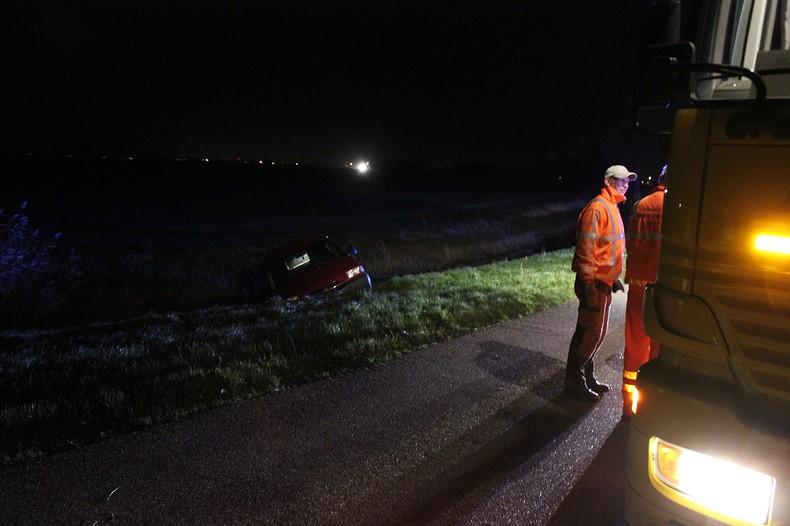 Auto te water: bestuurder naar ziekenhuis