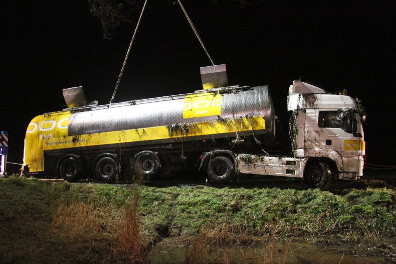 Melkauto met 10 ton melk in de sloot (Foto update)
