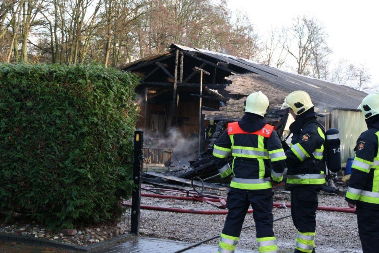 Brand verwoest deel lange schuur