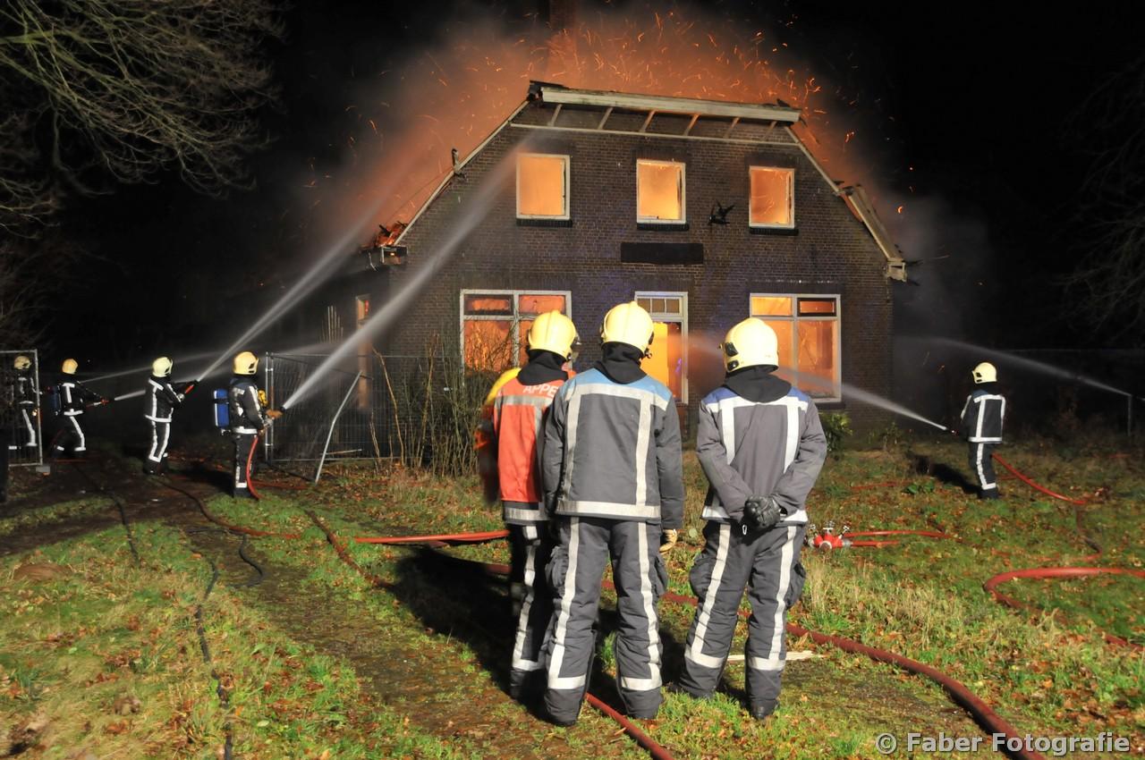 Woonboerderij brandt uit