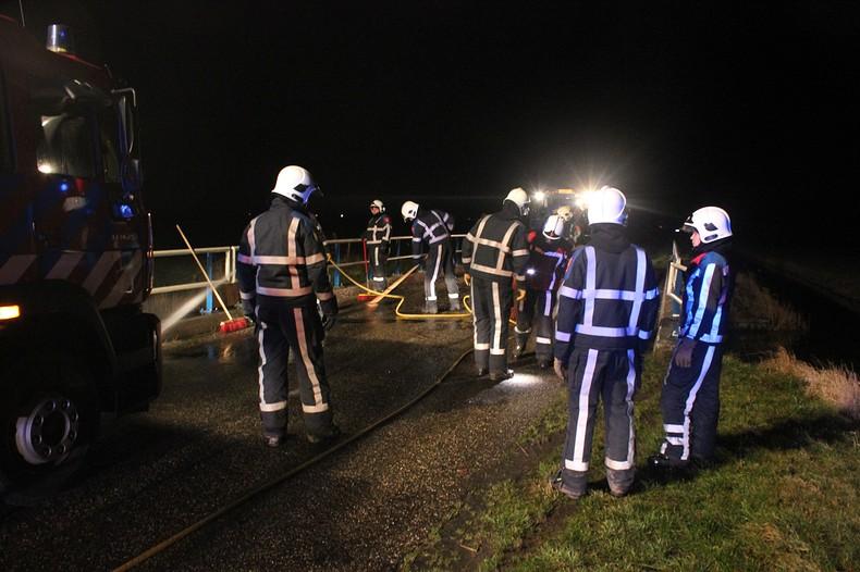 Bestuurder naar ziekenhuis na forse crash tegen brugleuning