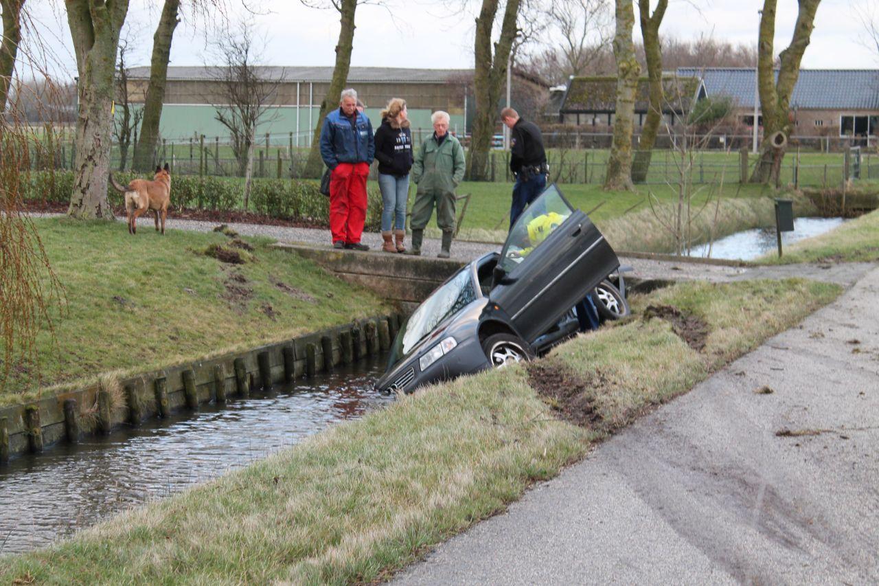 Auto raakt te water op de N393