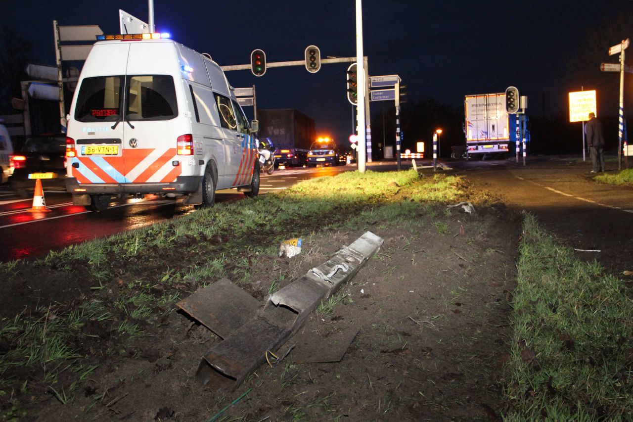 Vrachtwagen van de weg: bestuurder bekneld