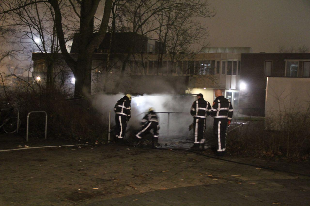 Container in brand gestoken bij school