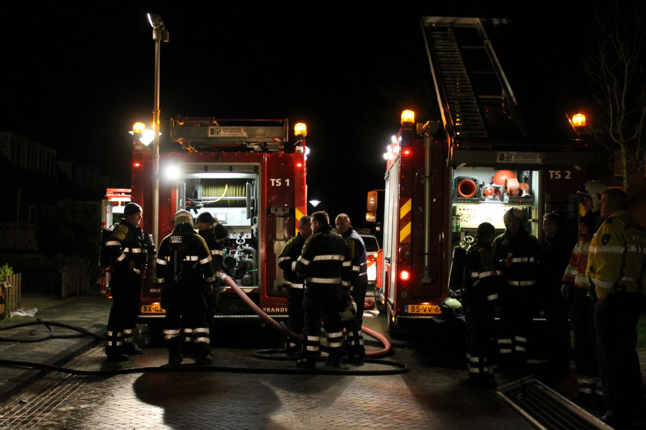 Brandweer redt bewoner uit brandende woning